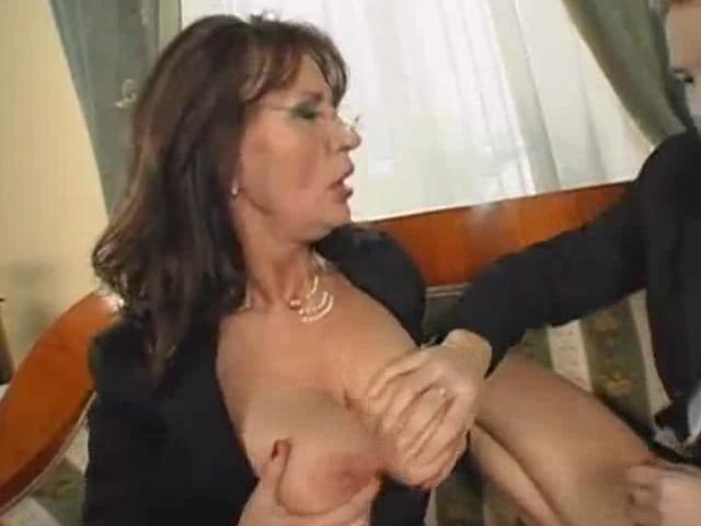 Порно трахнул зрелую начальницу
