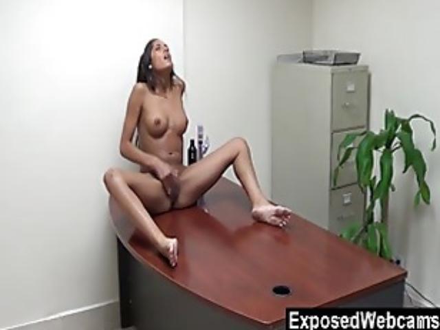 skritie-kameri-v-ofisah-devushki-masturbiruyut