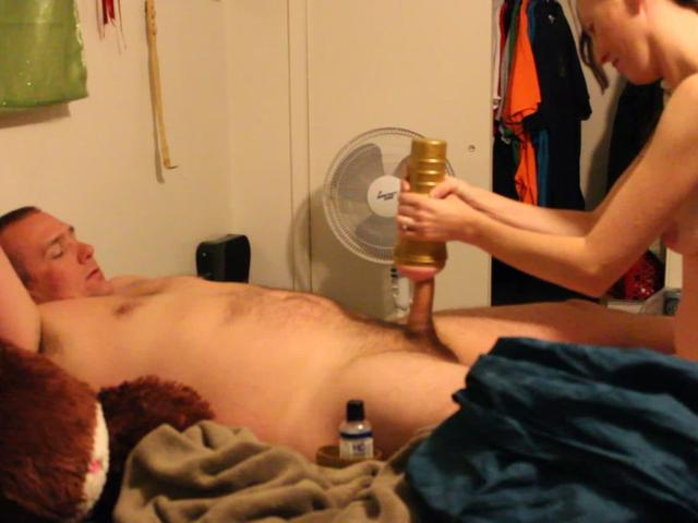Порно мужики мастурбируют игрушками метро